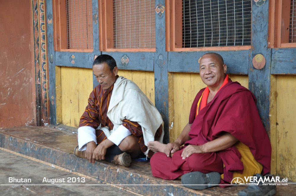 Bhutan Mönch im Tempel