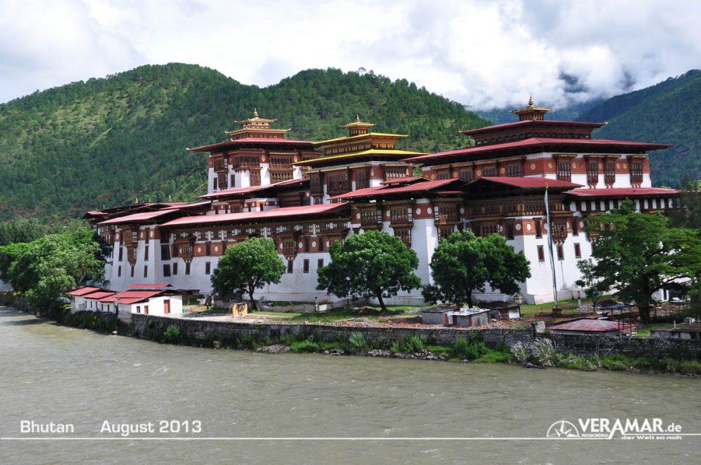 Bhutan Tempel am Fluss