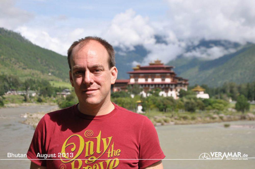 Andreas Steiner vor Tempel in Bhutan