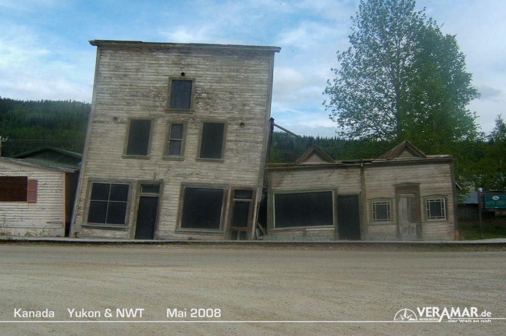 Dawson City schiefe Häuser